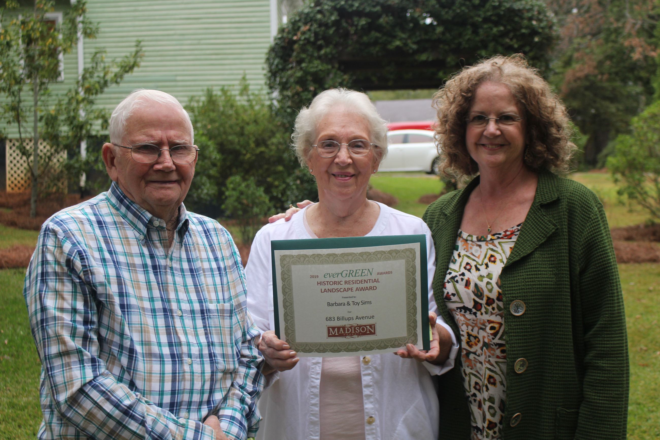 Barbara and Toy Sims receiving the Heritage Residential Landscape Award from Sally Tuell